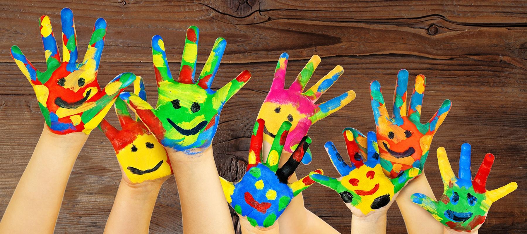 kinderhände, sozialpädagogische Familien Thalmann, Malfarbe